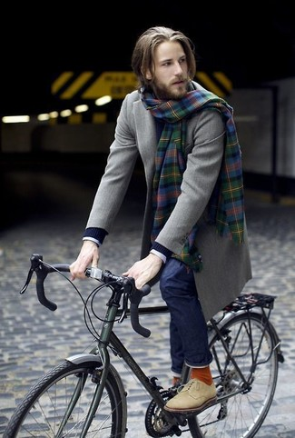 Как и с чем носить: оливковое длинное пальто, темно-синий вязаный свитер, белая классическая рубашка в клетку, темно-синие джинсы