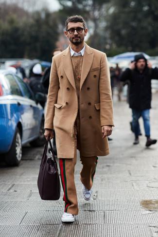 Как и с чем носить: светло-коричневое длинное пальто, светло-коричневый вязаный свитер, белая рубашка с длинным рукавом, светло-коричневые шерстяные классические брюки