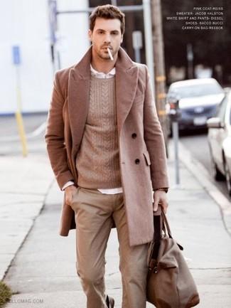 Комбо из длинного пальто и светло-коричневых брюк чинос станет отличным офисным луком.