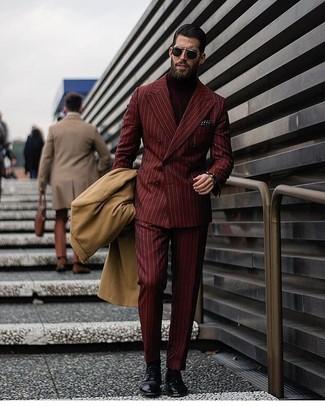 Как и с чем носить: светло-коричневое длинное пальто, темно-красный двубортный пиджак в вертикальную полоску, темно-красная водолазка, темно-красные классические брюки в вертикальную полоску