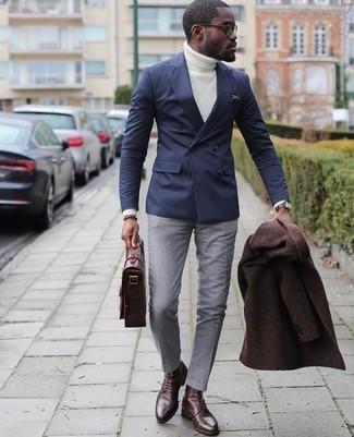 Как и с чем носить: темно-коричневое длинное пальто, темно-синий двубортный пиджак, белая вязаная водолазка, серые классические брюки