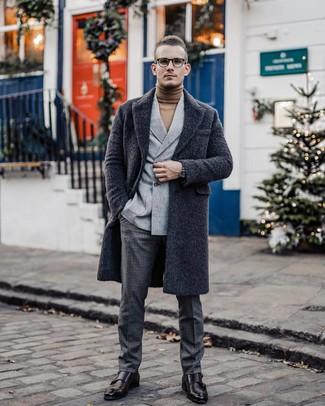 Как и с чем носить: темно-серое длинное пальто, серый шерстяной двубортный пиджак, светло-коричневая водолазка, темно-серые шерстяные классические брюки в клетку