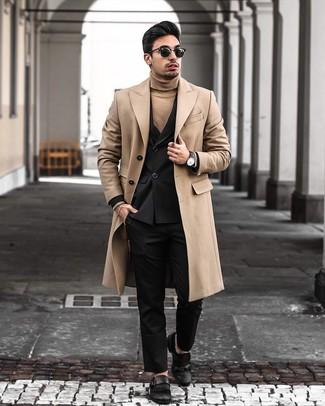 Как и с чем носить: светло-коричневое длинное пальто, черный двубортный пиджак, светло-коричневая водолазка, черные классические брюки