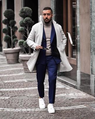 Как и с чем носить: серое длинное пальто, темно-синий двубортный пиджак, серая водолазка, темно-синие классические брюки