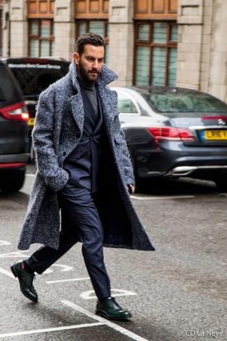Темно-синие классические брюки: с чем носить и как сочетать мужчине: Несмотря на то, что этот образ выглядит весьма выдержанно, ансамбль из темно-серого длинного пальто и темно-синих классических брюк всегда будет выбором стильных мужчин, покоряя при этом сердца прекрасных дам. В паре с этим ансамблем наиболее гармонично смотрятся темно-зеленые кожаные оксфорды.