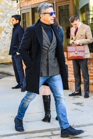 Модные мужские луки 2020 фото: Темно-синее длинное пальто и голубые рваные джинсы прочно обосновались в гардеробе современных мужчин, позволяя создавать яркие и стильные ансамбли. Любители экспериментировать могут дополнить образ темно-синими замшевыми туфлями дерби, тем самым добавив в него толику изысканности.