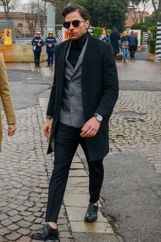 Модные мужские луки 2020 фото в прохладную погоду: Черное длинное пальто и черные классические брюки — беспроигрышный выбор для светского мероприятия. Что до обуви, черные кожаные оксфорды — самый выигрышный вариант.