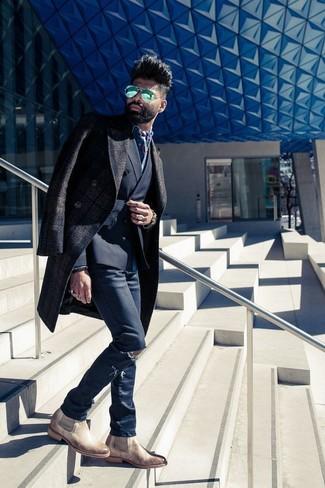 Как и с чем носить: темно-коричневое длинное пальто в шотландскую клетку, черный двубортный пиджак, синяя джинсовая рубашка, темно-синие рваные зауженные джинсы