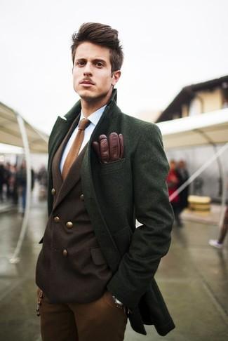 Если ты принадлежишь к той редкой категории джентльменов, разбирающихся в одежде, тебе полюбится тандем зеленого длинного пальто и табачных брюк чинос.