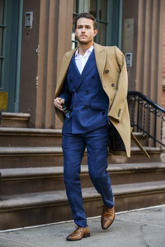 Как и с чем носить: светло-коричневое длинное пальто, синий двубортный пиджак, белая классическая рубашка, синие классические брюки