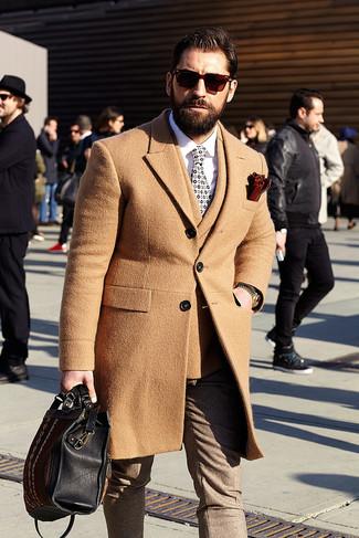 Как и с чем носить: светло-коричневое длинное пальто, светло-коричневый шерстяной двубортный пиджак, белая классическая рубашка, коричневые шерстяные классические брюки