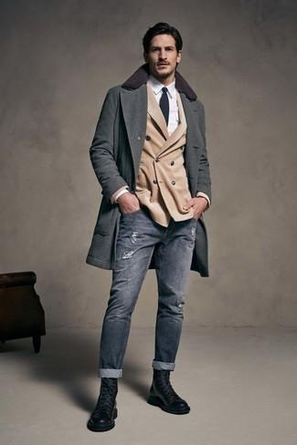 Как и с чем носить: темно-серое длинное пальто, бежевый двубортный пиджак, белая классическая рубашка, серые рваные зауженные джинсы