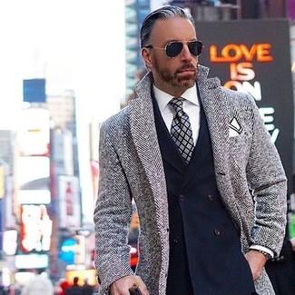 """Как и с чем носить: серое длинное пальто с узором """"в ёлочку"""", темно-синий двубортный пиджак, белая классическая рубашка, серый галстук в шотландскую клетку"""