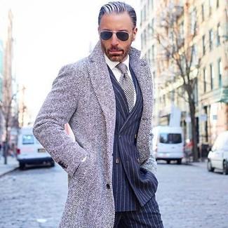 """Как и с чем носить: серое длинное пальто с узором """"в ёлочку"""", темно-синий двубортный пиджак в вертикальную полоску, белая классическая рубашка, темно-синие классические брюки в вертикальную полоску"""