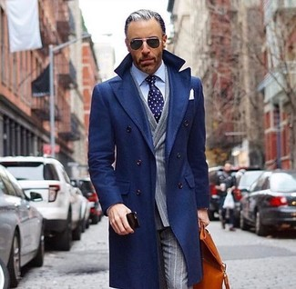 Как и с чем носить: темно-синее длинное пальто, серый двубортный пиджак в вертикальную полоску, голубая классическая рубашка, серые классические брюки в вертикальную полоску