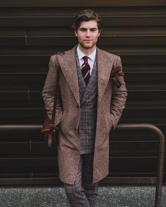 Как и с чем носить: коричневое длинное пальто, серый шерстяной двубортный пиджак в клетку, белая классическая рубашка, серые шерстяные классические брюки в шотландскую клетку