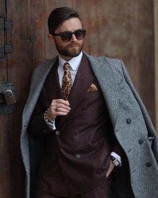 """Как и с чем носить: серое длинное пальто с узором """"в ёлочку"""", темно-коричневый двубортный пиджак, белая классическая рубашка, желтый галстук с принтом"""