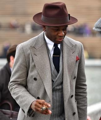 Как и с чем носить: серое длинное пальто, серый шерстяной двубортный пиджак в вертикальную полоску, белая классическая рубашка, темно-коричневая шерстяная шляпа