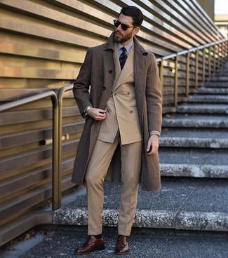 Как и с чем носить: коричневое длинное пальто, светло-коричневый двубортный пиджак, бело-черная классическая рубашка в вертикальную полоску, светло-коричневые классические брюки