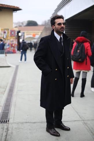 Как и с чем носить: черное длинное пальто, черный двубортный пиджак, белая классическая рубашка, черные классические брюки