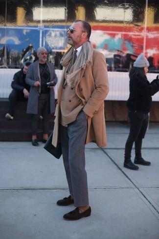 Как и с чем носить: светло-коричневое длинное пальто, светло-коричневый двубортный пиджак, белая классическая рубашка, серые шерстяные классические брюки