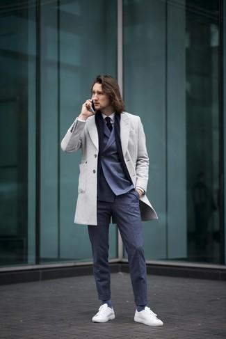 Как и с чем носить: серое длинное пальто, темно-синий двубортный пиджак, белая классическая рубашка, темно-синие классические брюки