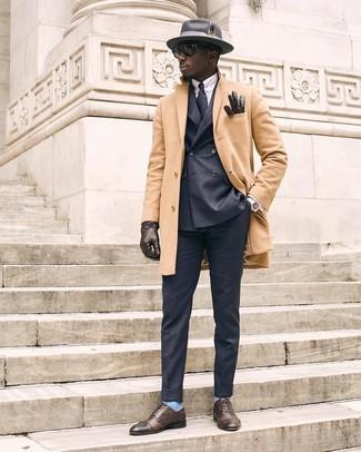 Как и с чем носить: светло-коричневое длинное пальто, темно-серый двубортный пиджак, голубая классическая рубашка в вертикальную полоску, темно-серые классические брюки