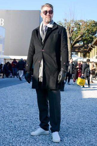 Коричневые солнцезащитные очки: с чем носить и как сочетать мужчине: Черное длинное пальто и коричневые солнцезащитные очки позволят составить легкий и практичный ансамбль для выходного дня в парке или вечера в баре с друзьями. Белые кожаные низкие кеды стильно впишутся в лук.