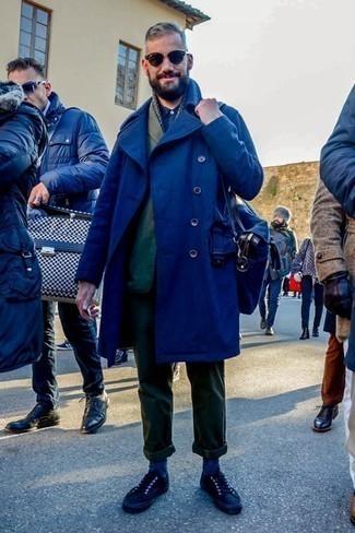 Темно-синее длинное пальто: с чем носить и как сочетать: Темно-синее длинное пальто и темно-зеленые брюки чинос великолепно впишутся в любой мужской лук — простой повседневный лук или же строгий вечерний. Пара черных низких кед добавит облику непринужденности и динамичности.