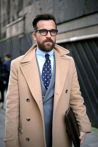 Светло-коричневое длинное пальто и серый двубортный пиджак — необходимые вещи в классическом мужском гардеробе.