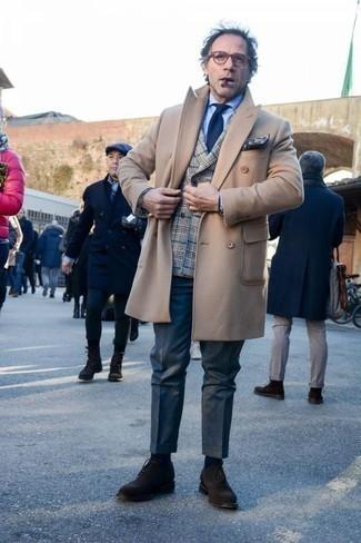 Темно-коричневые замшевые оксфорды: с чем носить и как сочетать: Светло-коричневое длинное пальто и темно-синие классические брюки — великолепный пример элегантного стиля. Прекрасно сюда подходят темно-коричневые замшевые оксфорды.