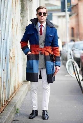 Серый двубортный пиджак в шотландскую клетку: с чем носить и как сочетать мужчине: Серый двубортный пиджак в шотландскую клетку и белые брюки чинос великолепно впишутся в любой мужской образ — расслабленный будничный образ или же строгий вечерний. И почему бы не привнести в повседневный ансамбль немного консерватизма с помощью черных кожаных монок с двумя ремешками?