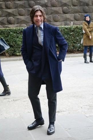 Мужские луки в прохладную погоду: Дуэт темно-синего длинного пальто и темно-серых шерстяных классических брюк смотрится очень привлекательно и элегантно. В паре с черными кожаными лоферами весь ансамбль смотрится очень живо.