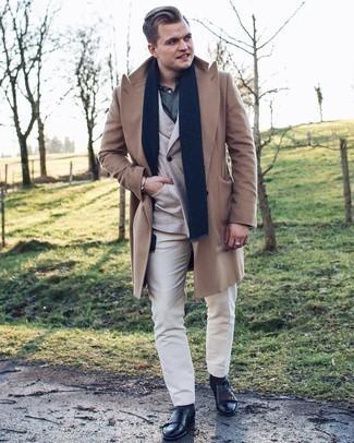 Мужские луки зима: Несмотря на то, что это классический ансамбль, дуэт светло-коричневого длинного пальто и белых классических брюк приходится по душе джентльменам, неминуемо покоряя при этом сердца женщин. Смелые парни дополнят ансамбль черными кожаными ботинками челси. Как видишь, это очень уютное и функциональное сочетание для морозной зимней погоды.