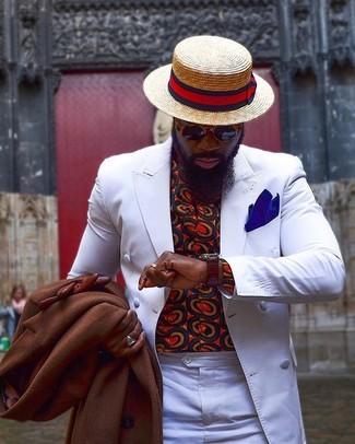 Как и с чем носить: коричневое длинное пальто, белый двубортный пиджак, красная рубашка с длинным рукавом с принтом, белые классические брюки