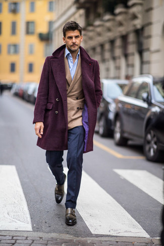 Темно-синие классические брюки: с чем носить и как сочетать мужчине: Для создания элегантного мужского вечернего образа отлично подойдет темно-пурпурное длинное пальто и темно-синие классические брюки. Не прочь поэкспериментировать? Заверши лук оливковыми кожаными монками с двумя ремешками.