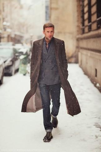 Сочетание темно-коричневого длинного пальто и темно-синих джинсов станет отличным офисным луком. Очень стильно здесь будут смотреться темно-коричневые кожаные ботинки.
