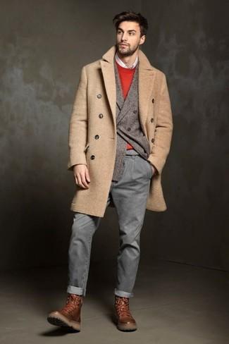 Как и с чем носить: светло-коричневое длинное пальто, серый шерстяной двубортный пиджак, красный свитер с круглым вырезом, белая рубашка с длинным рукавом