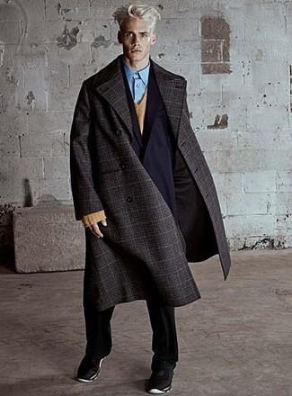 Как и с чем носить: темно-серое длинное пальто в шотландскую клетку, черный двубортный пиджак, светло-коричневый свитер с v-образным вырезом, голубая классическая рубашка