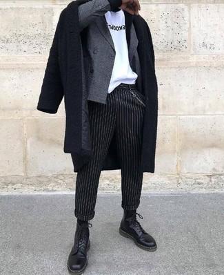 Как и с чем носить: черное длинное пальто, серый двубортный пиджак в клетку, бело-черная футболка с круглым вырезом с принтом, черные классические брюки в вертикальную полоску