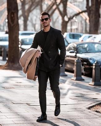Как и с чем носить: светло-коричневое длинное пальто, черный двубортный пиджак, черная футболка с круглым вырезом, черные классические брюки