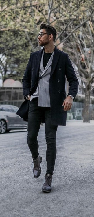 Модные мужские луки 2020 фото в стиле смарт-кэжуал: Для похода в кино или кафе чудесно подходит дуэт темно-синего длинного пальто и черных зауженных джинсов. Что до обуви, можешь отдать предпочтение классике и выбрать темно-коричневые кожаные классические ботинки.