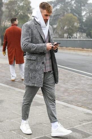 Как и с чем носить: серое длинное пальто в шотландскую клетку, серый двубортный пиджак в шотландскую клетку, белый худи, серые шерстяные брюки чинос