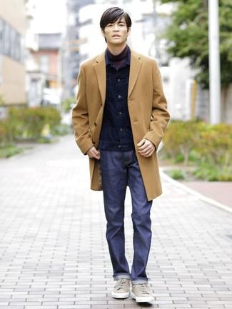 Как и с чем носить: светло-коричневое длинное пальто, темно-синяя вельветовая джинсовая куртка, темно-пурпурная водолазка, темно-синие джинсы