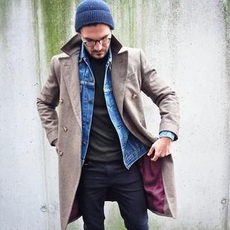 Как и с чем носить: бежевое длинное пальто, синяя джинсовая куртка, оливковая водолазка, черные зауженные джинсы