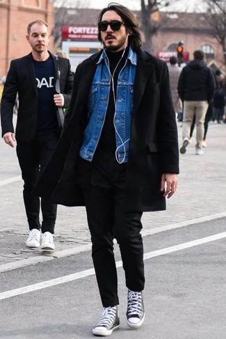 Как и с чем носить: черное длинное пальто, синяя джинсовая куртка, черная водолазка, черные брюки чинос