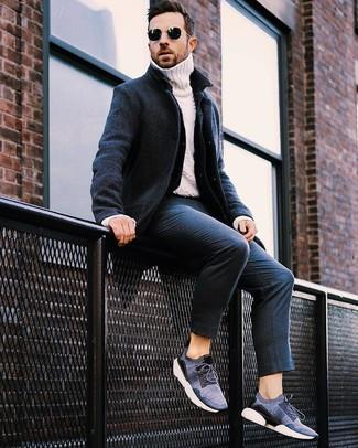 Как и с чем носить: темно-синее длинное пальто, темно-синяя джинсовая куртка, белая вязаная водолазка, темно-синие классические брюки в вертикальную полоску