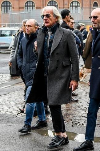 Черные кожаные монки с двумя ремешками: с чем носить и как сочетать: Ансамбль из темно-серого длинного пальто и черных брюк чинос выглядит выше всяких похвал, согласен? Завершив образ черными кожаными монками с двумя ремешками, ты привнесешь в него классическую нотку.