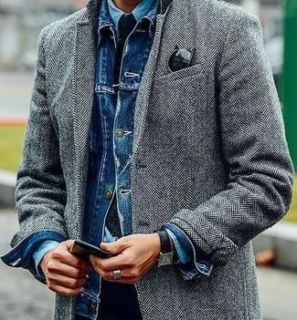 """Как и с чем носить: серое длинное пальто с узором """"в ёлочку"""", синяя джинсовая куртка, голубая джинсовая рубашка, черные брюки чинос"""