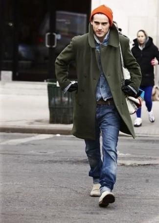 Как и с чем носить: оливковое длинное пальто, синяя джинсовая куртка, синие джинсы, белые слипоны